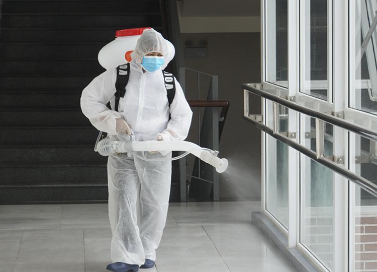 Nhân viên ytế phun thuốc khử trùng ở trường Phổ thông liên câp Edison ở Ecopark, Hưng Yênngày 25/2. Ảnh: Vân Ngọc.