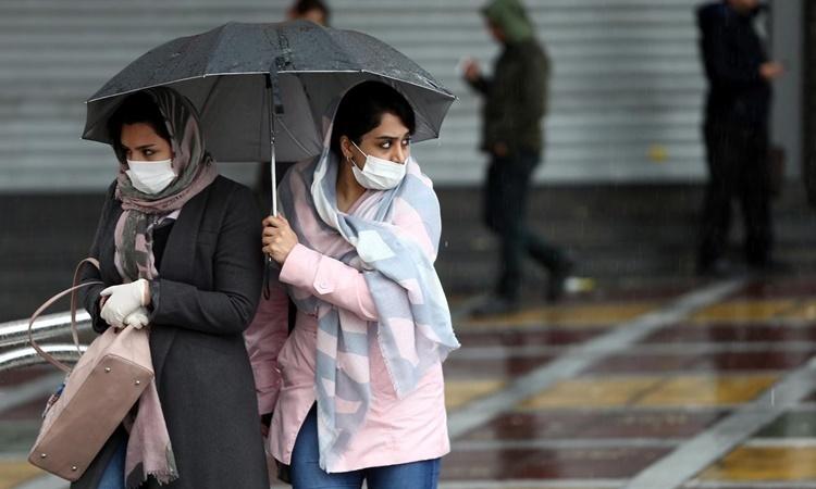 Hai phụ nữ đeo khẩu trang trên đường phố thủ đô Tehran, Iran, ngày 25/2. Ảnh: Reuters.