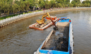 Nạo vét bùn dưới kênh Nhiêu Lộc