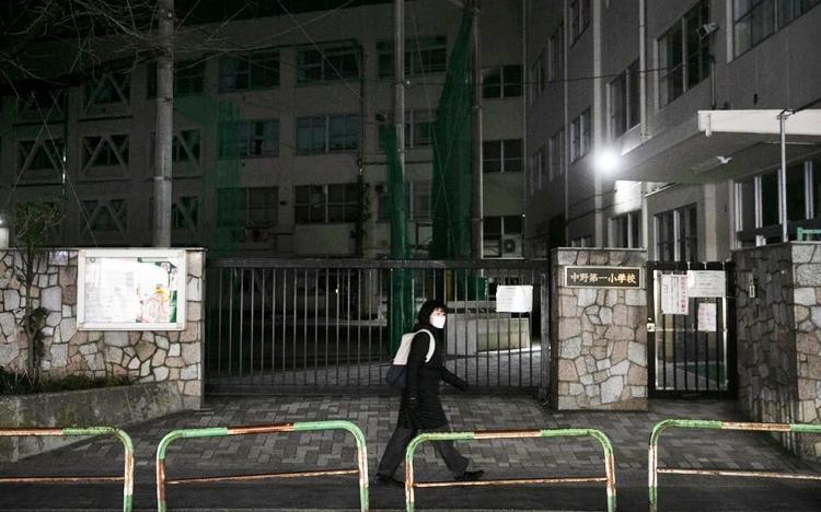 Một trường tiểu học tại thủ đô Tokyo đóng cửa vào ngày 27/2. Ảnh: Jae C. Hong/Associated Press
