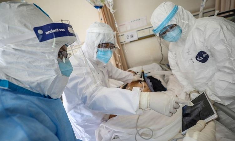 Các bác sĩ điều trị cho bệnh nhân nhiễm nCoV tại một bệnh viện ở Vũ Hán, tỉnh Hồ Bắc hôm 16/2. Ảnh: AFP.