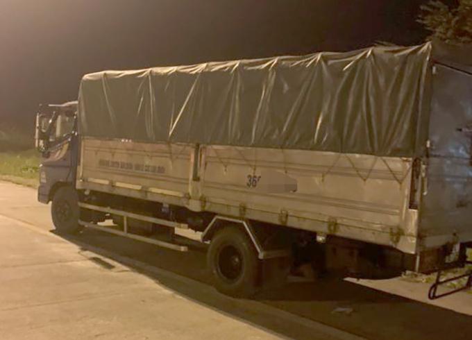 Chiếc xe tải bị tam giữ tại cơ quan công an. Ảnh: Trường Sơn