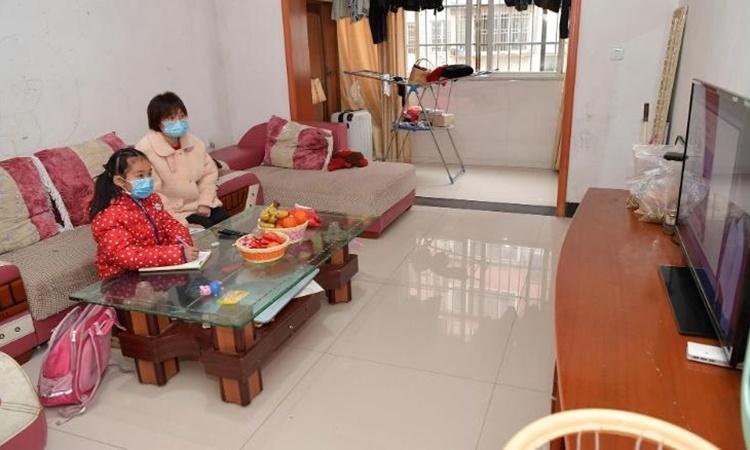 Một học sinh học trực tuyến tại nhà ở thành phố Nam Xương, tỉnh Giang Tây, Trung Quốc, ngày 10/2. Ảnh: Xinhua.