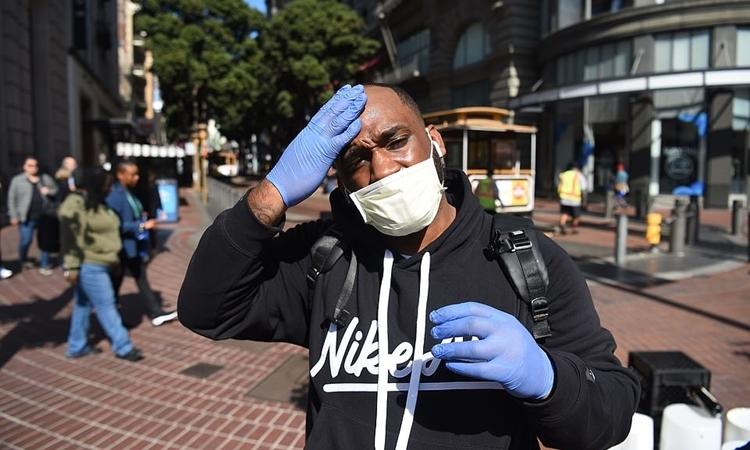 Một cư dân ở San Francisco, California ngày 27/2. Ảnh: AFP.