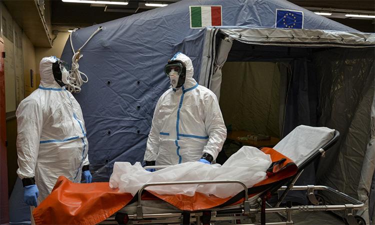 Nhân viên y tế phụ trách kiểm tra người nghi nhiễm virus corona tại bệnh viện Molinette, Turin, Italy ngày 26/2. Ảnh: PA.