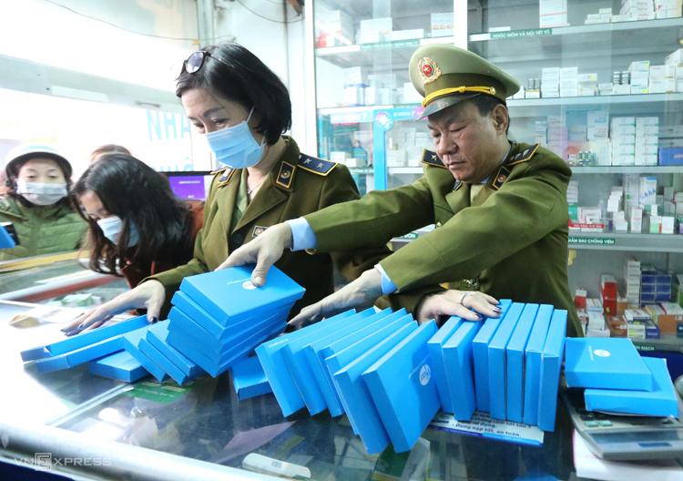 Quản lý thị trường kiểm tra việc bán khẩu trang y tế tại các hiệu thuốc ở Hà Nội ngày 31/1. Ảnh:Ngọc Thành