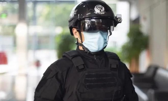 Cảnh sát Trung Quốc đội mũ bảo hiểm thông minh. Ảnh: Tech Times.