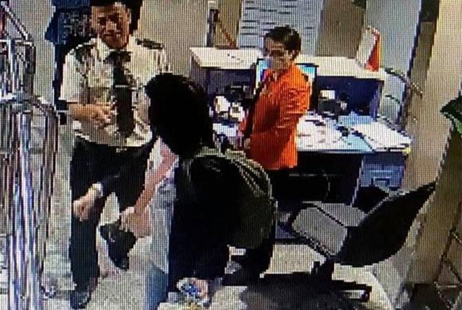 Hình ảnh hành khách vi phạm đượccamera ghi lại.