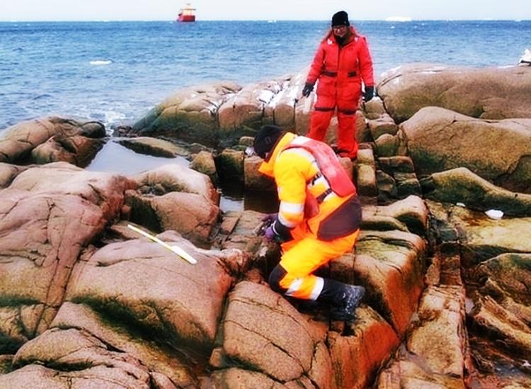 Các nhà nghiên cứu đang khảo sát mẫu đá trên đảo Sif. Ảnh: UHEAS