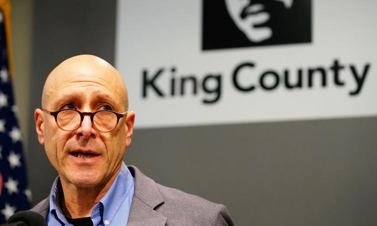 Bác sĩ Jeffrey Duchin, quan chức y tế của thành phố Seattle và quận King, bang Washington tại buổi họp báo công bố ca tử vong đầu tiên do nCoV tại Mỹ. Ảnh: Reuters.