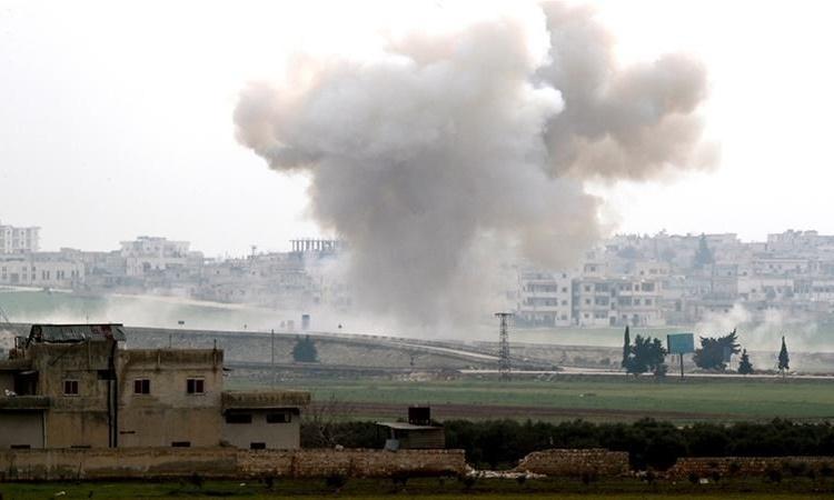 Khói bốc lên sau một cuộc không kích ở thị trấn Saraqeb, tỉnh Idlib, ngày 28/2. Ảnh: Reuters.