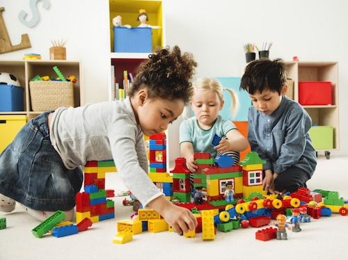 Nhiều trò chơi cho phép con học đi kèmgiải trí.