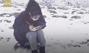 Nữ sinh ngồi giữa núi tuyết học online