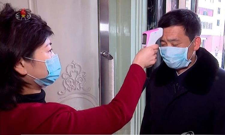 Một người dân Triều Tiên được kiểm tra thân nhiệt trong bức ảnh được truyền thông nhà nước công bố hôm 27/2. Ảnh: Yonhap.