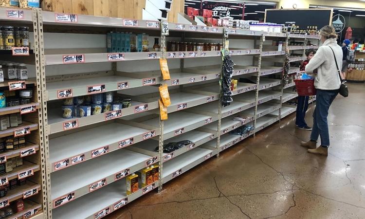 Các quầy hàng tại một cửa hàng Trader Joe ở Mountain View, California, Mỹ, gần như trống không vào tối 1/3. Ảnh: Washington Post.