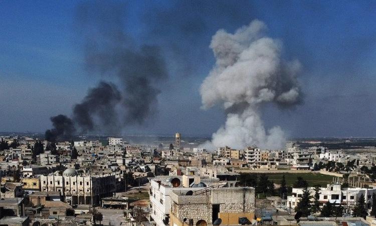 Cột khói bốc lên sau một cuộc không kích của không quân Syria ở Idlib hôm 27/2. Ảnh: AFP.
