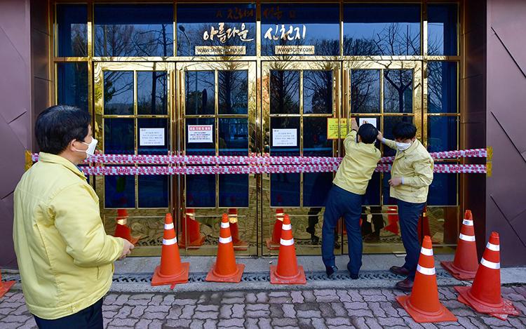 Giới chức niêm phong chi nhánh của Tân Thiên Địa ở thành phố Gwangju hôm 27/2. Ảnh: AP.