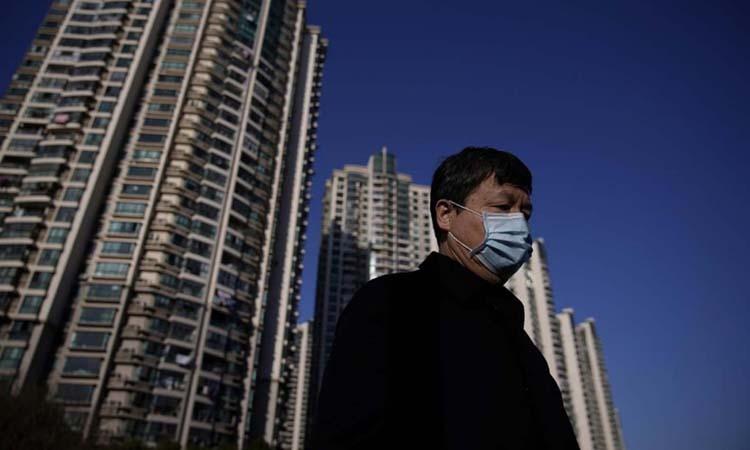 Người đàn ông đeo khẩu trang ở thành phố Thượng Hải hôm 20/2. Ảnh: Reuters.