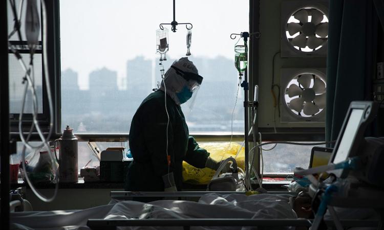 Nhân viên y tế điều trị cho bệnh nhân nhiễm nCoV tại một bệnh viện ở Vũ Hán, tỉnh Hồ Bắc, Trung Quốc hôm 22/2. Ảnh: AFP.