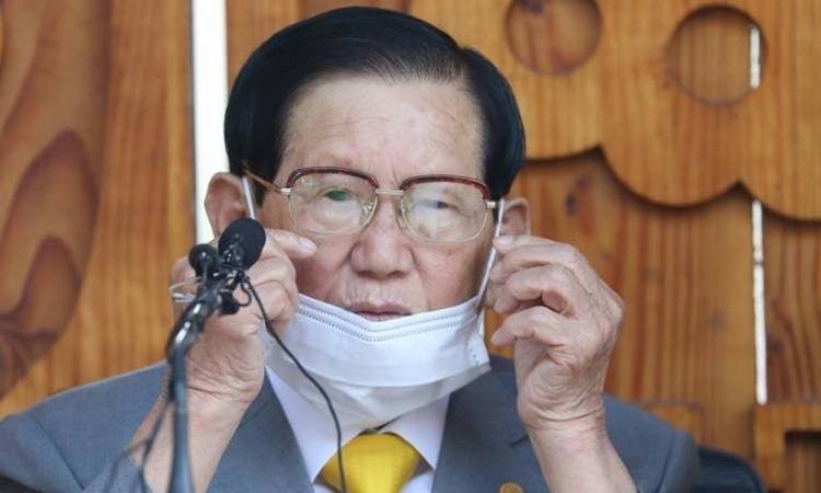 Giáo chủ Tân Thiên Địa Lee Man-hee tại cuộc họp báo ởGapyeong ngày 2/3. Ảnh: AFP.