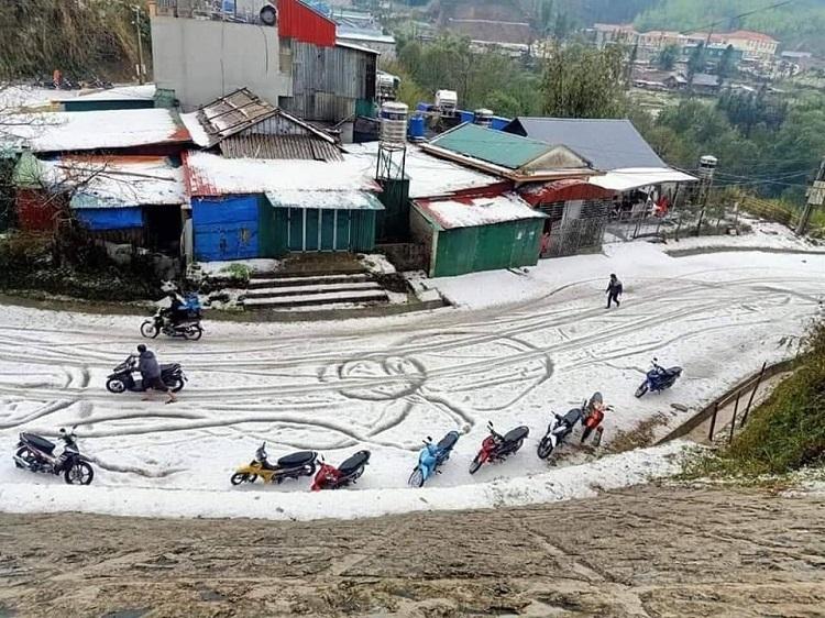 Đá phủ trắng mặt đường và mái nhà ở huyện Phong Thổ. Ảnh: Tây Bắc 24h