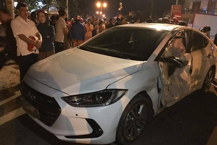 Chiếc ôtô bốn chỗ bị móp méo ở cửa phía bên tài xế. Ảnh: Quang Hà