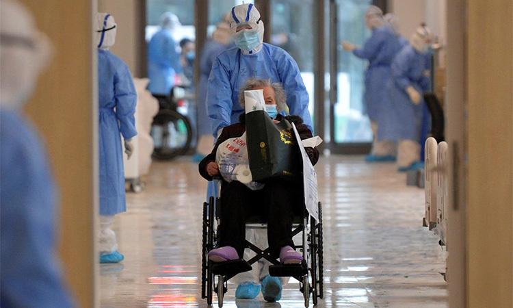 Nhân viên y tế di chuyển bệnh nhân nhiễm nCoV mới bằng xe lăn tại mộtbệnh viện ở Vũ Hán, tỉnh Hồ Bắc, Trung Quốc ngày 10/2. Ảnh: Reuters.