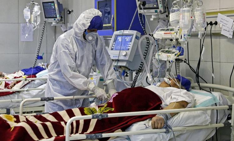 Bác sĩ điều trị cho bệnh nhân nhiễm nCoV tại thủ đô Tehran, Iran hôm 1/3. Ảnh: AFP.