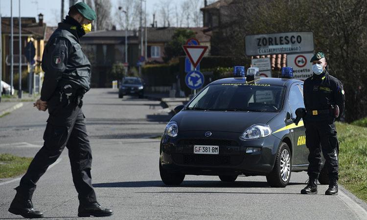 Cảnh sát Italy tuần tra tại một trạm kiểm soát ở thị trấn Zorlesco, vùng Lombardy hôm 26/2. Ảnh: AFP.