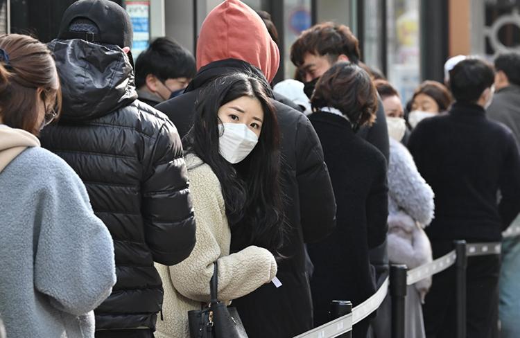 Người dân xếp hàng mua khẩu trang tại một hiệu thuốc ở thành phố Daegu hôm 27/2. Ảnh: AFP