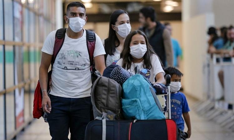 Hành khách tại sân bay ởSantiago, Chile ngày 3/3. Ảnh: AFP.