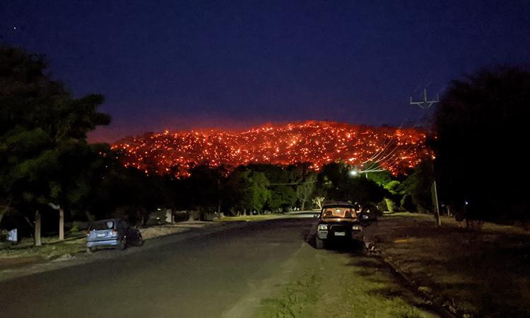 Đồi Balmattum cháy rực trong đêm 4/1. Ảnh: Reddit.