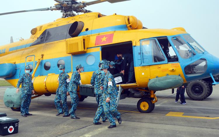 Trung đoàn không quân 916 diễn tập vận chuyển thuốc men, thực phẩm tới khu vực có dịch trong tình huống diễn tập sáng 4/3.Ảnh: Hoàng Thùy