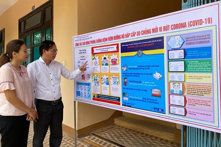 Trường học tại Quảng Trị làm bảng lớn tuyên truyền về covid-19 cho học sinh. Ảnh: LH