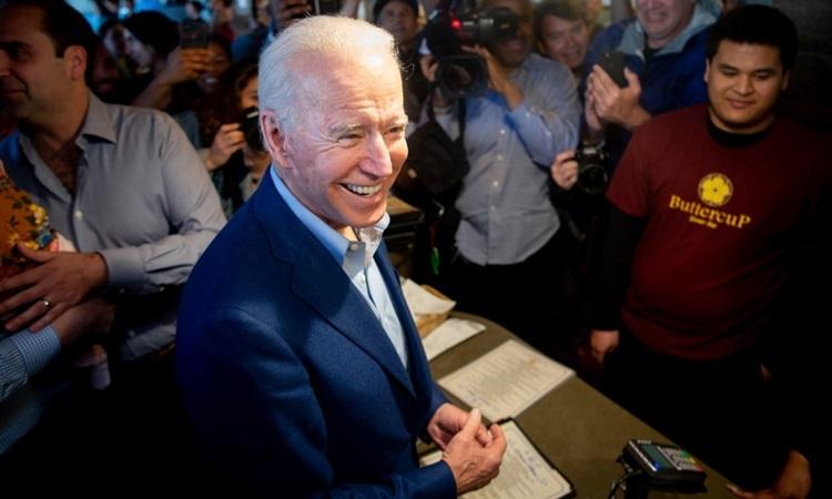 Ứng cử viên tổng thống đảng Dân chủ Joe Biden mua bánh tại cửa hàng ở bang California trong ngày bầu cử Siêu Thứ ba. Ảnh: AFP.