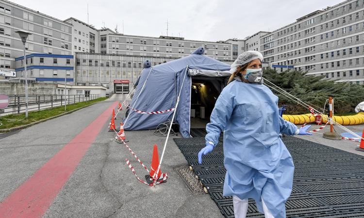 Nữ nhân viên y tế bước ra từ lều dựng trước khoa cấp cứu bệnh viện  Cremona, vùng Lombardy hôm 29/2. Ảnh: AP.