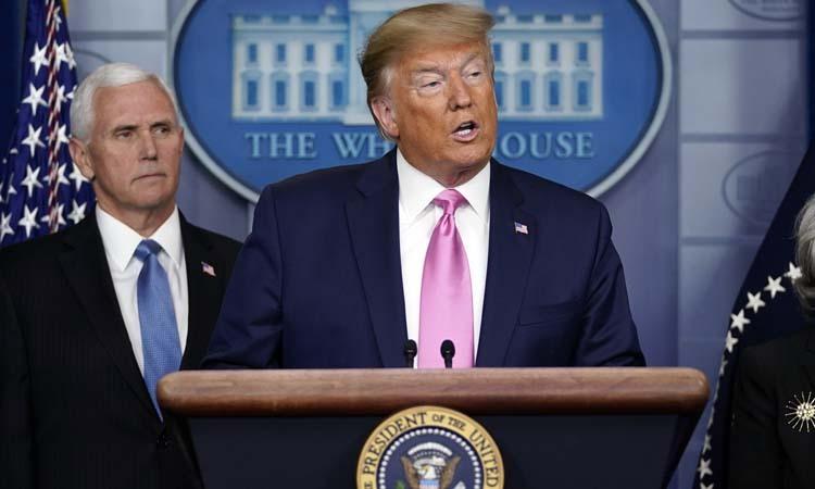 Tổng thống Donald Trump (phải) và Phó Tổng thống Mike Pence tại buổi họp báo về ứng phó với Covid-19 tại Nhà Trắng hôm 26/2. Ảnh: AP.