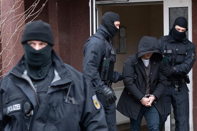 Cảnh sát Đức ngày 3/3 bắt giữ các nghi phạm trong đường dây nhập cảnh trái phép. Ảnh: AP.
