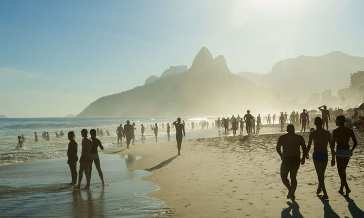 Bãi biển Ipanema ở Rio De Janeiro, Brazil. Ảnh: IFL Science.