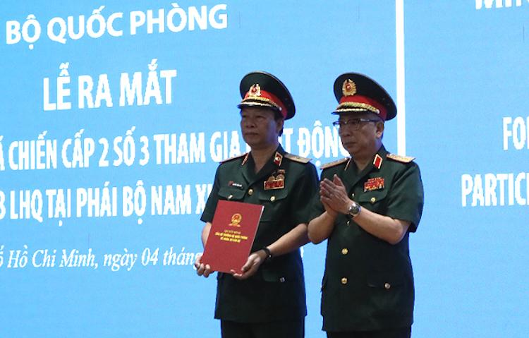 Thượng tướng Nguyễn Chí Vịnh trao Quyết định thành lập bệnh viện dã chiến cấp 2 số 3. Ảnh: Nguyễn Bằng