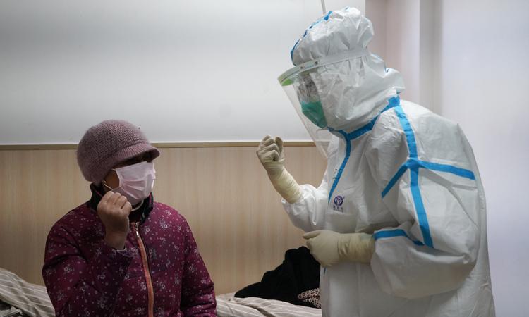 Nhân viên y tế động viên bệnh nhân trong khu cách ly tại một bệnh viện ở thành phố Nam Xương, tỉnh Giang Tây, Trung Quốc hôm 18/2. Ảnh: Xinhua.