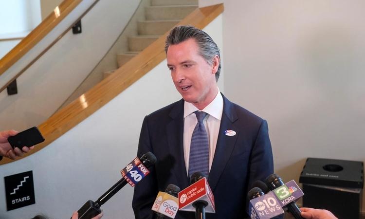 Thống đốc Gavin Newsom phát biểu tại Bảo tàng California hôm 3/3. Ảnh: Reuters.