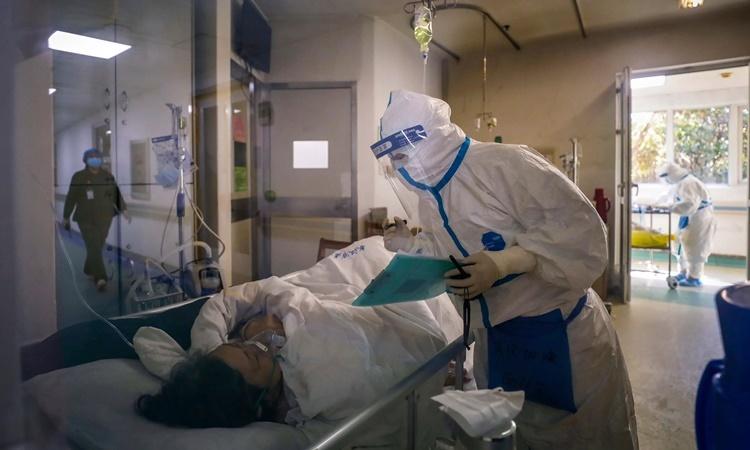 Nhân viên y tế chăm sóc một bệnh nhân nhiễm nCoV tại bệnh viện Kim Ngân Đàm, thành phố Vũ Hán, tỉnh Hồ Bắc, Trung Quốc. Ảnh: AP.