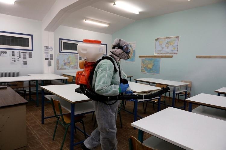 Phun thuốc khử trùng tại một trường trung học ở Athens, Hy Lạp. Ảnh: Yorgos Karahalis/Associated Press