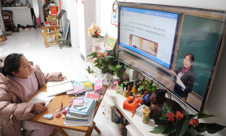Một học sinh học trực tuyến tại nhà ở thành phố Phụ Dương, tỉnh An Huy, Trung Quốc hôm 2/3. Ảnh: China Daily.