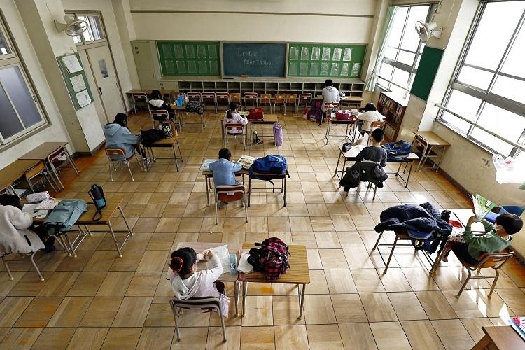 Một trường tiểu học tại Nagoya (Nhật Bản) nhận trông coi một số học sinh có cha mẹ không thể nghỉ làm để chăm sóc, ngày 3/3. Ảnh: Kyodo/ Reuters
