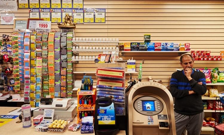 Raj Shaikhar tại cửa hàng tiện lợi của ông ở New Rochelle. Ảnh: NYTimes.