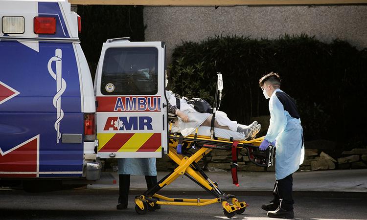 Cứu thương vận chuyển bệnh nhân tạitrung tâm Life Care tạiKirkland, bang Washington,nơi có nhiều người nhiễm nCoV, hôm 4/3. Ảnh: Reuters.