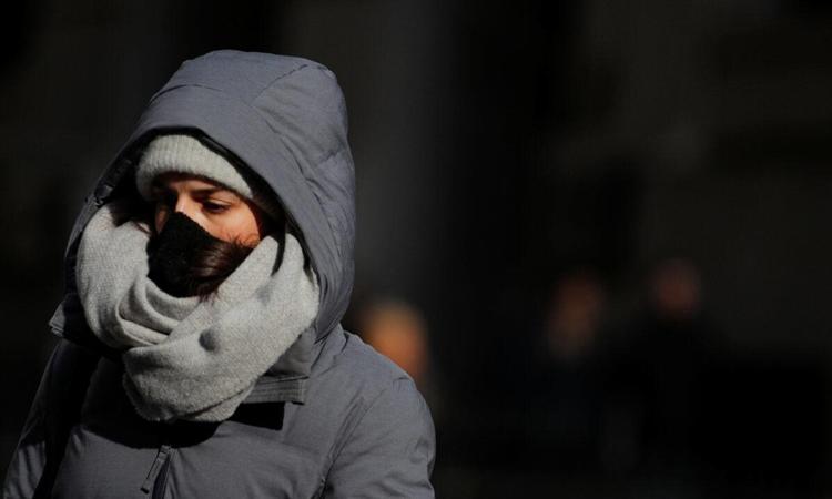 Người phụ nữ đeo khẩu trang ở thành phố New York hôm 28/2. Ảnh: Reuters.