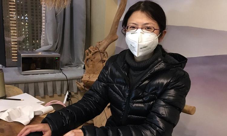 Bác sĩ Trương Tiếu Xuân làm việc tại phòng khách sạn ở thành phố Vũ Hán, tỉnh Hồ Bắc hôm 18/2. Ảnh: WSJ.